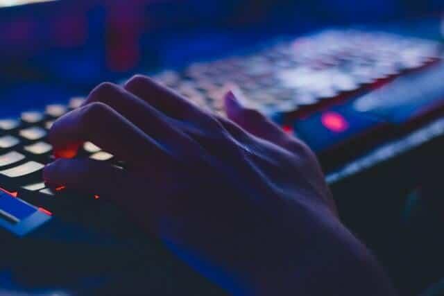Hacker usando o computador